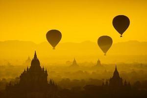 Globo sobre llanura de Bagan en la brumosa mañana, Myanmar
