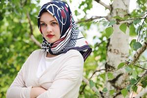 Retrato de joven hermosa niña musulmana foto