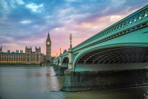 Puente de Westminster, el Big Ben y las casas del Parlamento al atardecer foto