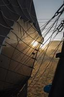Globo aerostático aterrizando en Capadocia durante el amanecer