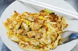 Stir-fried fresh rice-flour noodles with chicken and egg