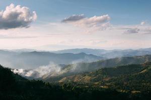 movimiento de niebla sobre doi chang, tailandia