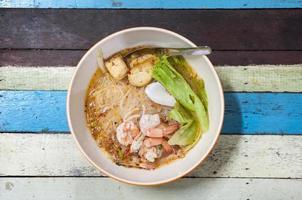 sopa de fideos con gambas tailandesas
