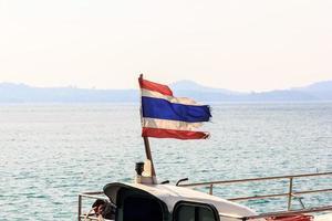 bandera tailandesa en barco