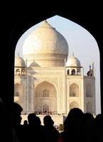 Taj Mahal a través del arco de entrada foto