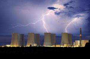 planta de energía nuclear en tormenta