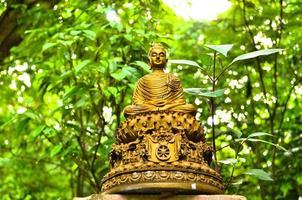 "het standbeeldzonsondergang van Boedha in ""wat-umong, chiang MAI - Thailand"