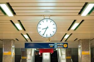 relógio na plataforma de metrô tailandês