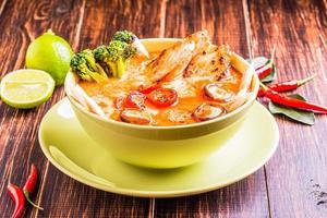 sopa tailandesa de tom kha con pollo