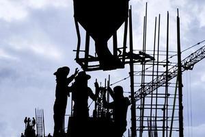 silueta de trabajador de la construcción en el lugar de trabajo foto
