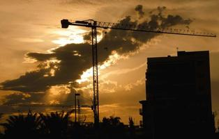 grúa de construcción - silueta en el crepúsculo foto