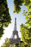 de Eiffeltoren in Parijs, Frankrijk, in het avondlicht