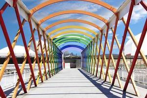 moderno puente de hierro, colores pintados