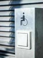 botón de apertura de puerta para personas con discapacidad foto