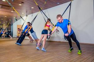 as pessoas fazem exercícios físicos com uma banda na academia