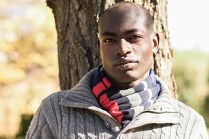hombre negro con ropa casual en fondo urbano foto