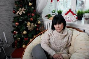 morena sonriente sentada en el sillón