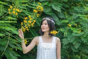 Hermosa mujer asiática corona de flores en el jardín de Tailandia