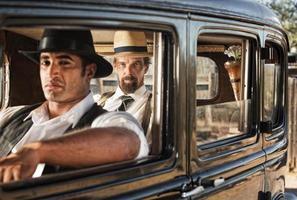 waakzaam paar gangsters uit de jaren twintig