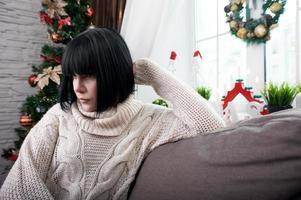 morena sentada en el sofá