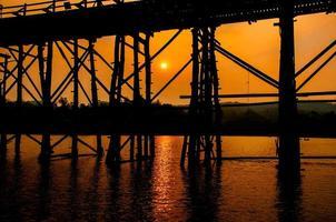 het silhouet van oude houten brugbrug