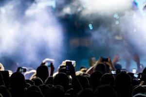 personas que toman fotografías con un teléfono inteligente táctil durante una música foto