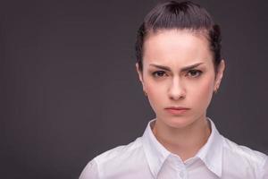 mujer seria con blusa blanca