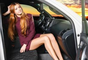 mujer en un carro