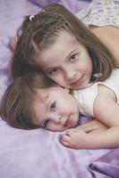 niños niñas acostado en la cama