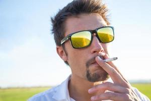 hombre fumando foto