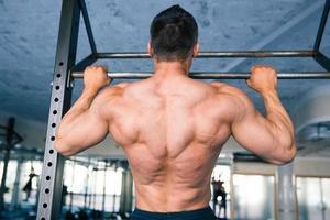 retrato de vista traseira de um homem musculoso puxando para cima