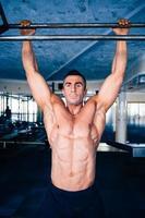 homem bonito musculoso puxando para cima