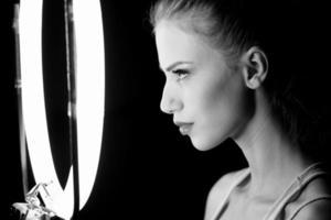 Retrato de una bella mujer en el estudio, entre bastidores