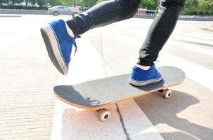 mujer de skate de exceso de velocidad