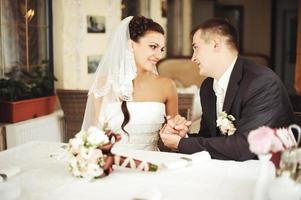 pareja de recién casados sentados en la cafetería foto