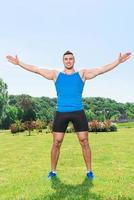 deportista musculoso durante el entrenamiento foto