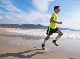 jonge man in fitness kleding loopt langs het strand