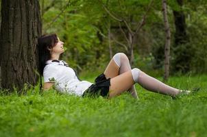 hermosa estudiante en el parque foto