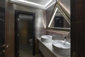 interior de un elegante baño público foto