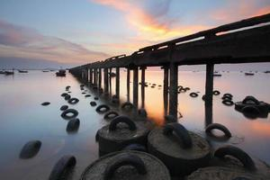 puente de pesca en la playa de bang pra