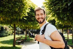 estudiante con mochila afuera