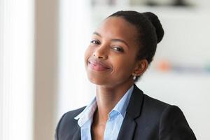 Porträt einer jungen afroamerikanischen Geschäftsfrau