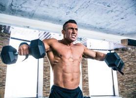 entrenamiento de hombre musculoso con pesas