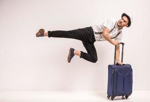 hombre con maleta foto