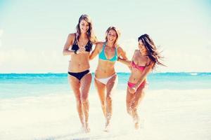hermosas chicas felices en la playa foto