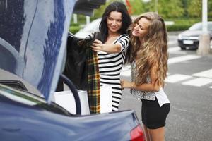 dos mujeres después de ir de compras