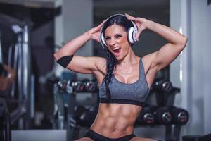 hermosa chica en forma en el gimnasio foto