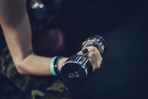 mano que sostiene la pesa de gimnasia. de cerca