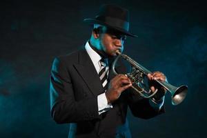 trompetista de jazz afroamericano negro. Clásico. tiro del estudio