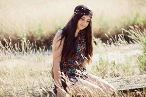 niña en un campo en un día de verano